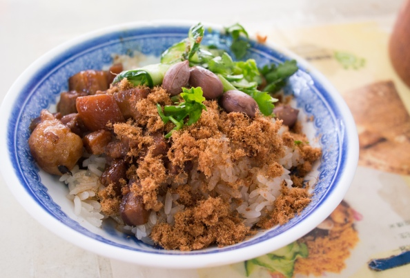[米糕] A mixture of fragrant pearl rice topped with braised pork sauce, dried pork flakes, egg, cucumber and parsley. Authentic and delicious
